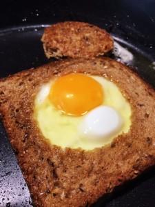Spiegelei im Brot