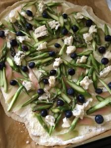 Flammkuchen mit Spargel, Rhabarber, Blaubeeren, Gorgonzola und Serrano-Chips